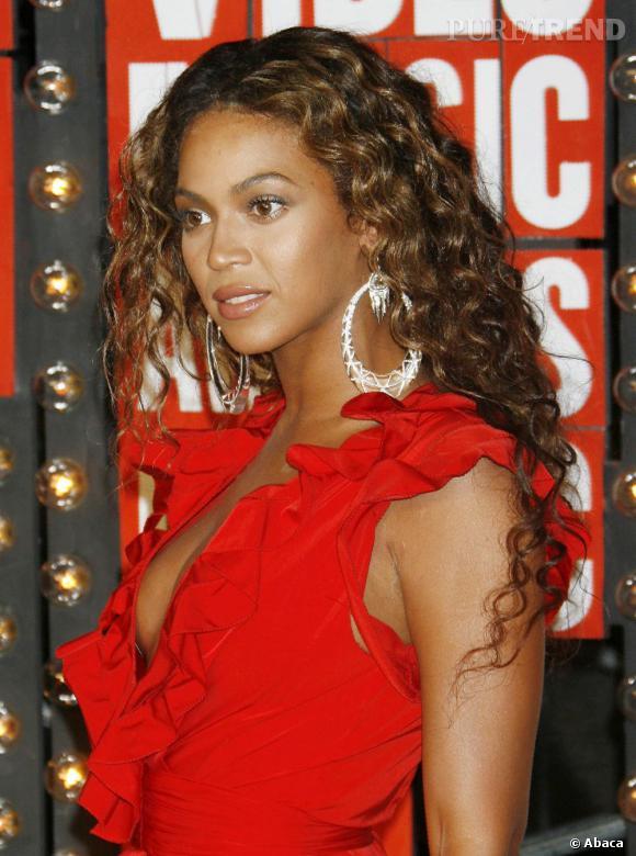 Quand Beyoncé laisse ses longueurs bouclées, elle fait aussi carton plein et nous donne une leçon de sensualité.