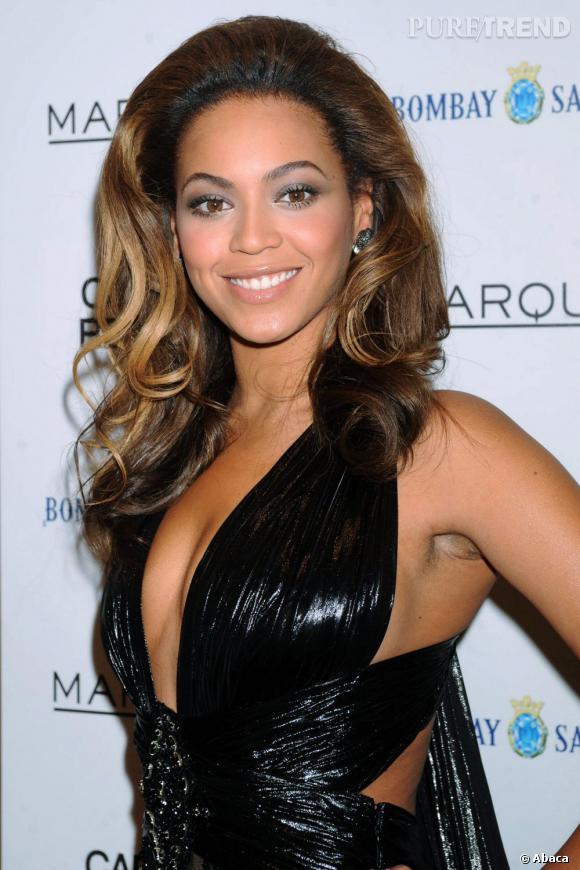 Beyoncé aime les 70's et le volume, cela donne souvent des coiffures hautes en crêpage que peu de personnes peuvent se permettre.