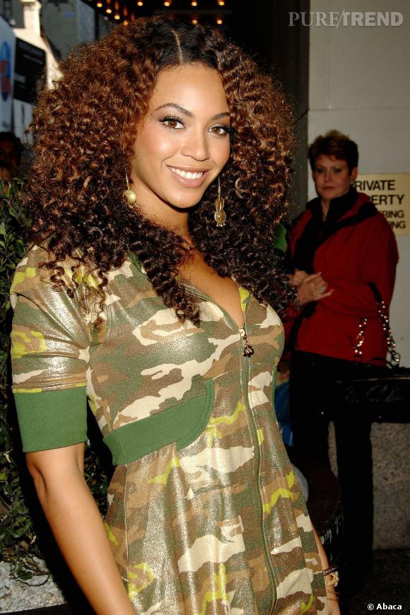 """Beyoncé laisse ses cheveux naturels libres et joue sur les nuances de couleur. Le dégradé est maîtrisé pour ne pas avoir un effet """"boule""""."""