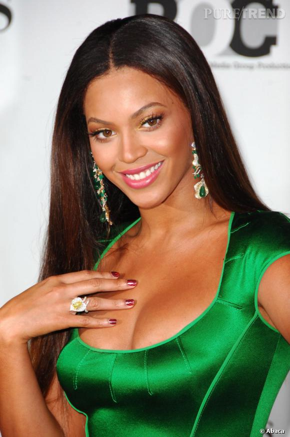 Beyoncé fonce ses cheveux fin 2007 et commence une nouvelle année en beauté.