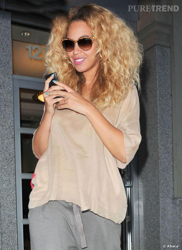 Beyoncé est aujourd'hui une maman comblée, elle laisse ses cheveux bouclés au naturel. Une coloration miel vient juste mettre en valeur son teint. La chanteuse n'a jamais été aussi belle.