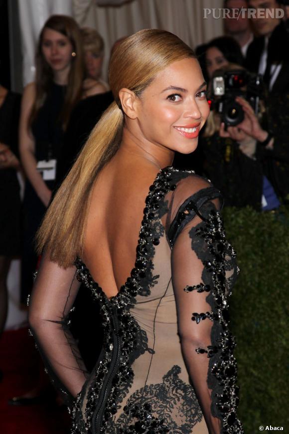 Beyonce s'essaie à la queue de cheval lissée. Un coiffure simple et élégante.