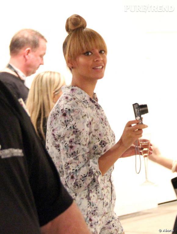 Le chignon boule haut perché est un succès pour Beyoncé qui met ainsi en valeur ses traits.
