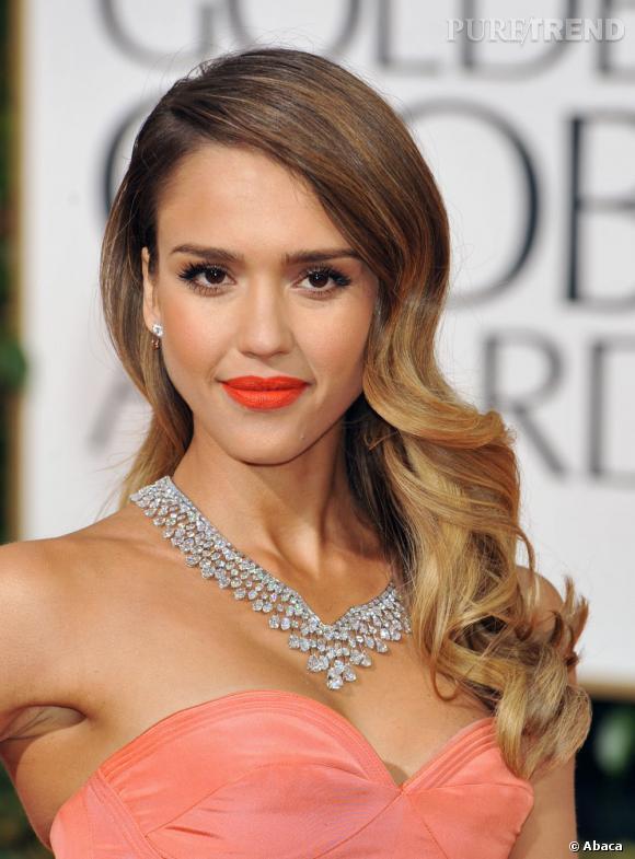 Jessica Alba a enflamé le tapis rouge, avec une robe vitaminée et une impressionnante parure Harry Winston comprenant un collier, des puces d'oreilles et un bracelet en platine et diamants, d'une valeur de 5,8 millions de dollars.