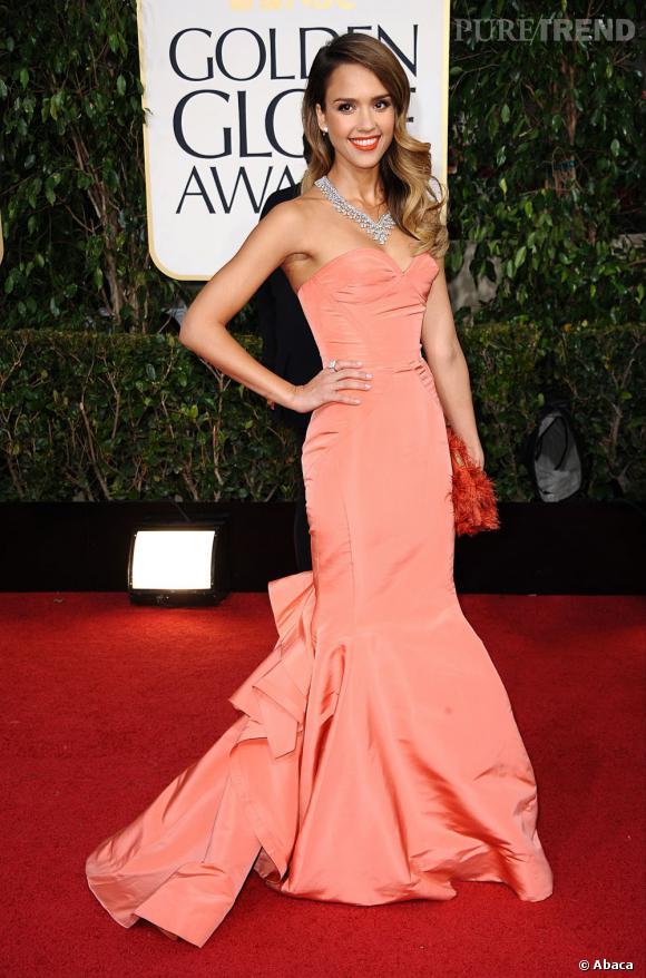 Jessica Alba nous éblouit aux Golden Globes avec sa robe sirène corail...