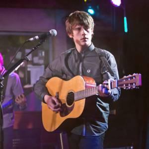 Avec son premier album éponyme, Jake est au sommet des charts british.