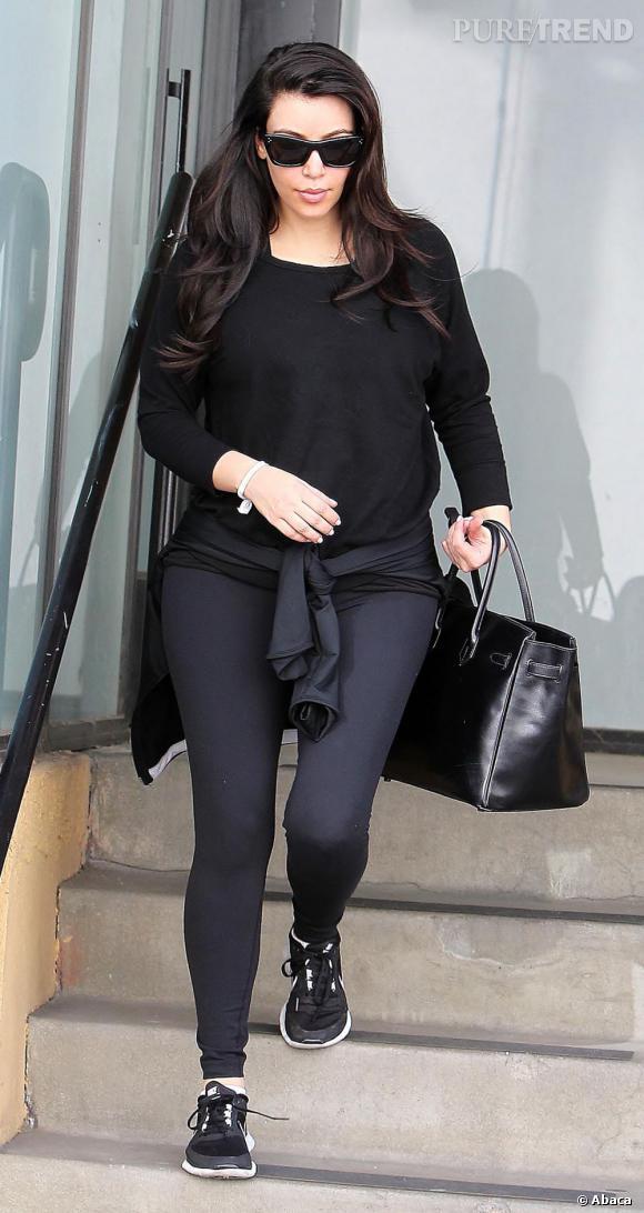 Kim Kardashian opte pour un total look noir pour aller à la gym. Tout ça manque de fantaisie !