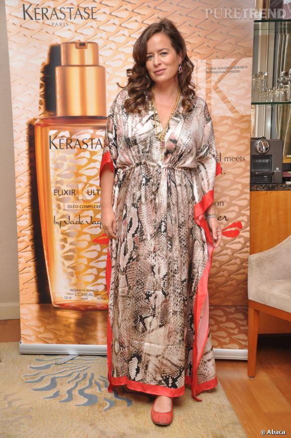Jade Jagger mise sur l'imprimé python. Mais en total look et sur une robe peignoir satinée, c'est une mauvaise idée...