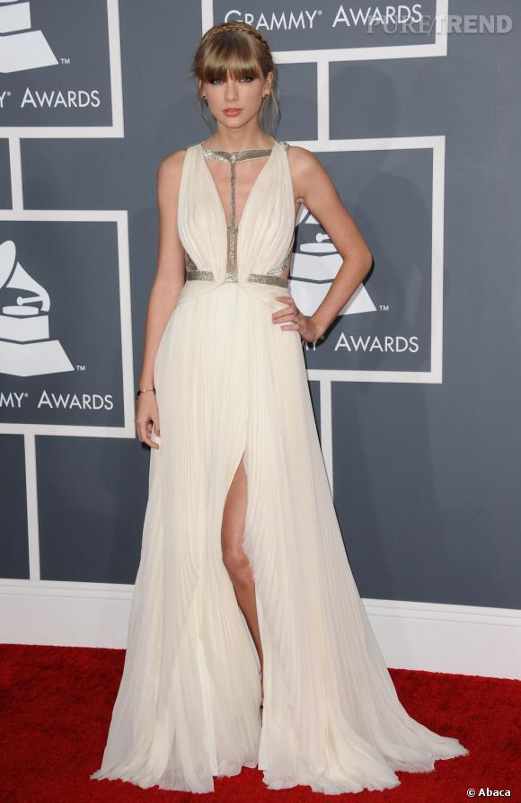Les mauvaises élèves    des Grammy Awards 2013   : Taylor Swift et sa robe drapée J.Mendel. D'accord, la chanteuse est à la limite mais on commence à se lasser du décolleté jusqu'au nombril.