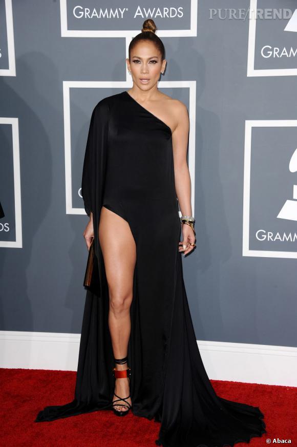 Les mauvaises élèves   des Grammy Awards 2013  : Jennifer Lopez et son fendu indécent en robe Anthony Vaccarello.