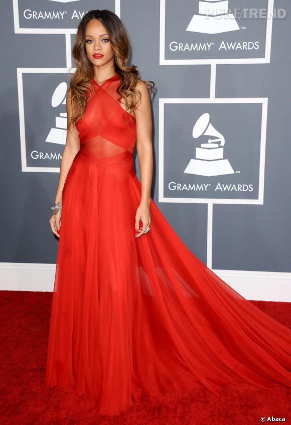 Les mauvaises élèves   des Grammy Awards 2013  : Rihanna et sa robe Azzedine Alaïa transparente.
