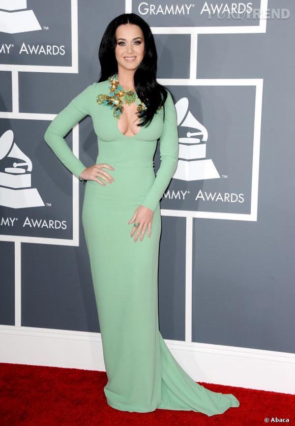 Les mauvaises élèves   des Grammy Awards 2013 : Katy Perry et son décolleté plongeant en robe Gucci aux Grammy Awards.