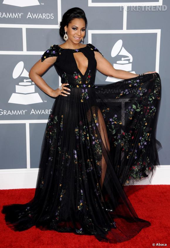 Les mauvaises élèves   des Grammy Awards 2013  : Ashanti et sa découpe laissant très peu de place à l'imagination.
