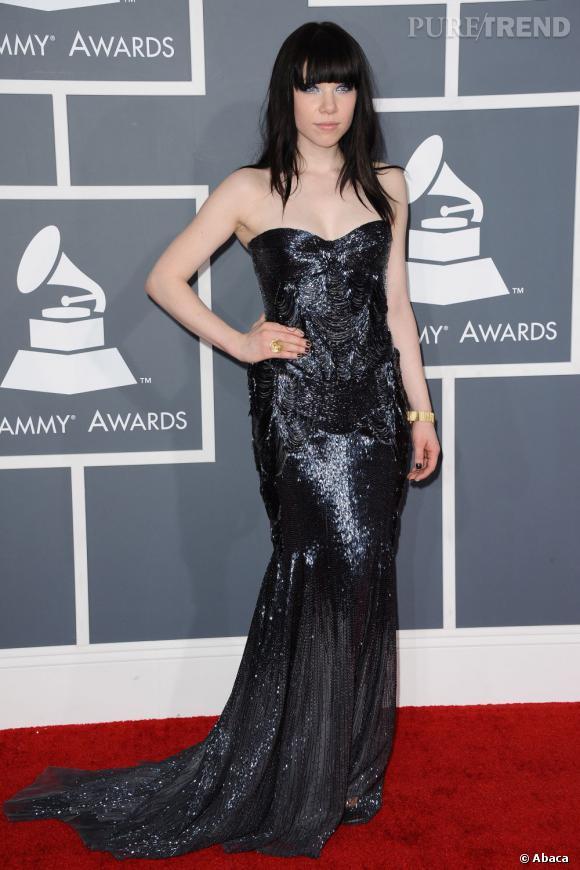 Les bonnes élèves    des Grammy Awards 2013   : Carly Rae Jepsen se contente d'une robe de sirène bustier Roberto Cavalli.