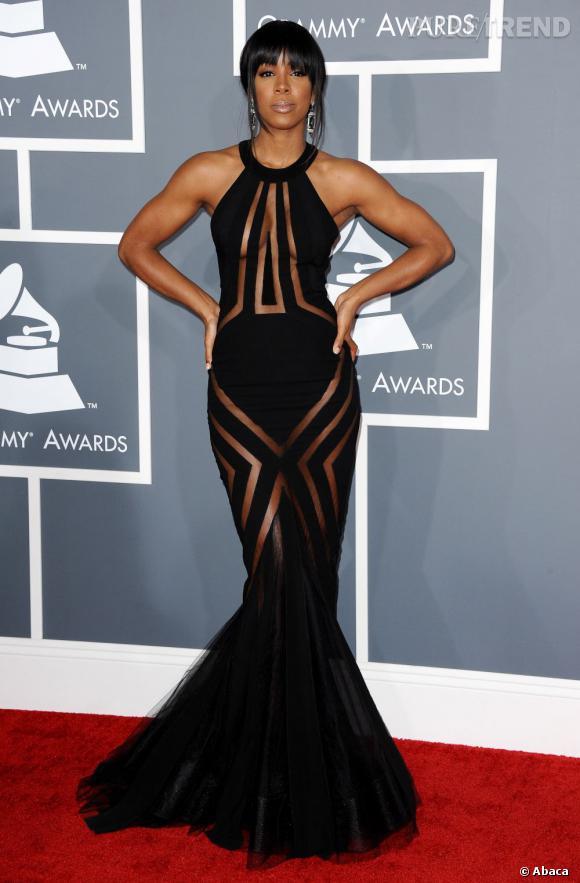 Les mauvaises élèves   des Grammy Awards 2013  : Kelly Rowland et sa robe Georges Chakra qui montre rien en montrant tout.