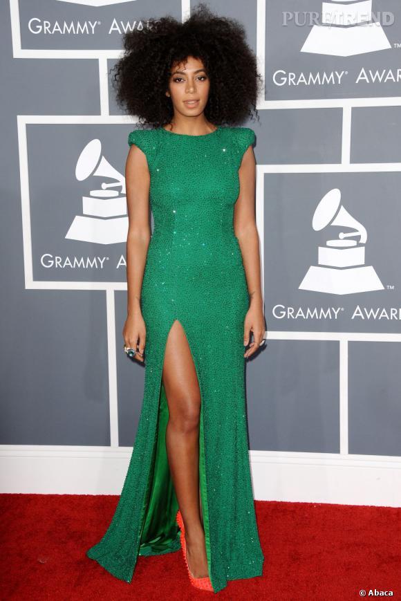 Les bonnes élèves    des Grammy Awards 2013   : Solange Knowles séduit avec son fendu discret en robe Ralph & Russo Couture.
