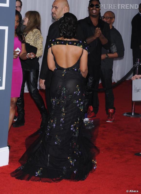 Les mauvaises élèves   des Grammy Awards 2013  : Ashanti ne montre pas que ses seins.