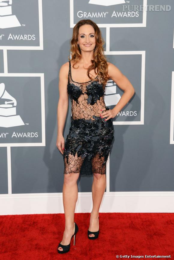 Les mauvaises élèves   des Grammy Awards 2013  : La chanteuse Dmanti et sa robe patchwork.
