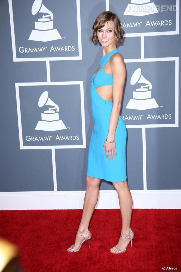 Les bonnes élèves    des Grammy Awards 2013   : Karlie Kloss opte pour une robe à découpe mais avec des bandes stratégiques qui ne dévoilent rien.