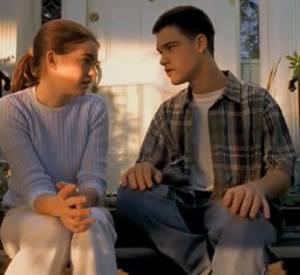 Pour sa première fois devant la caméra, Anne Hathaway joue une adolescente triste de voir son ami (ou amoureux) déménager...
