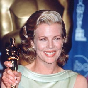 Le pire et le meilleur des Oscars Kim Basinger, un beauty look très Première Dame pour aller chercher son trophée.