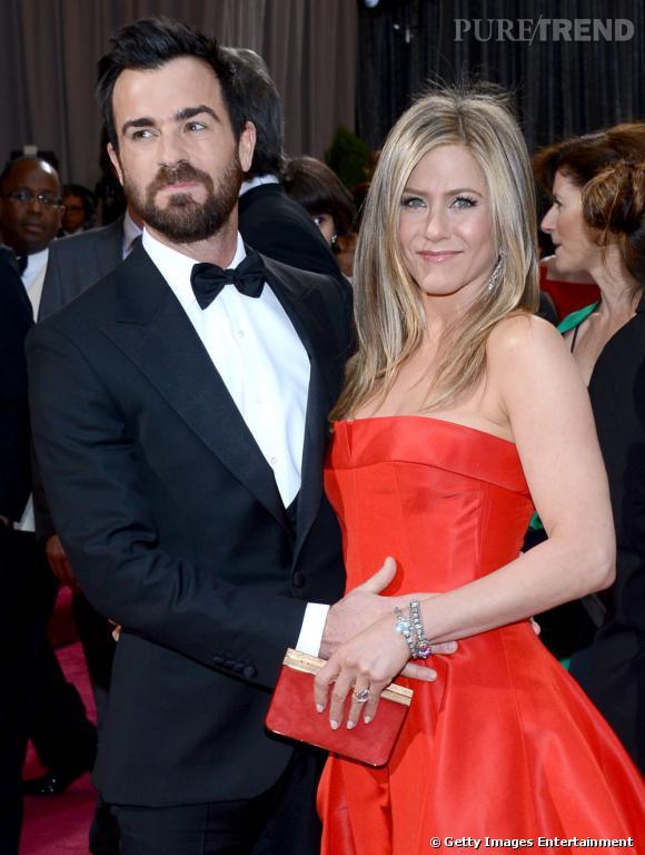 Jennifer Aniston serait-elle enceinte ? La main de Justin Theroux sur son ventre a alerté de nombreux médias.