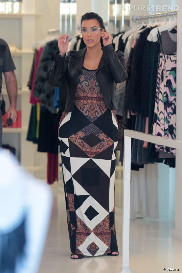 Kim Kardashian continue de mouler ses formes, qui deviennent de plus en plus généréuses...