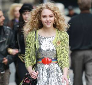 AnnaSophia Robb, souriante, dans les rues de New York version Carrie Bradshaw.