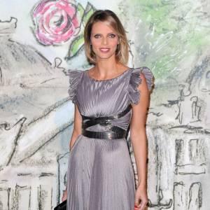 Sylvie Tellier mise sur le gris perle.