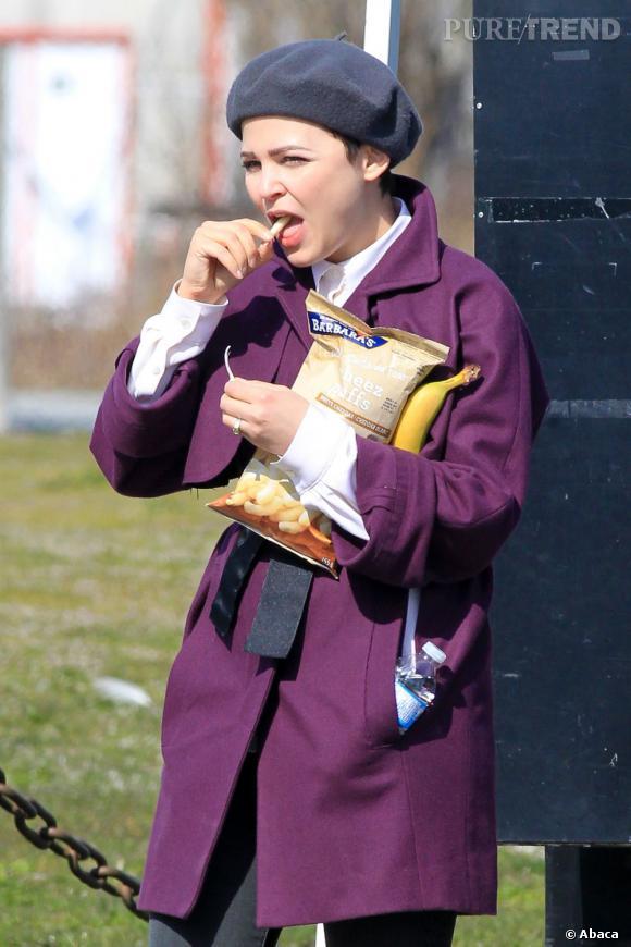 """Ginnifer Goodwin profite d'une pause sur le tournage de """"Once Upon A Time"""" pour s'autoriser un snack. Chips et banane au menu !"""