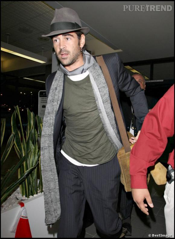 Le top chapeau :  Même en avion, Colin Farrell prend le temps de peaufiner son look de dandy chic.