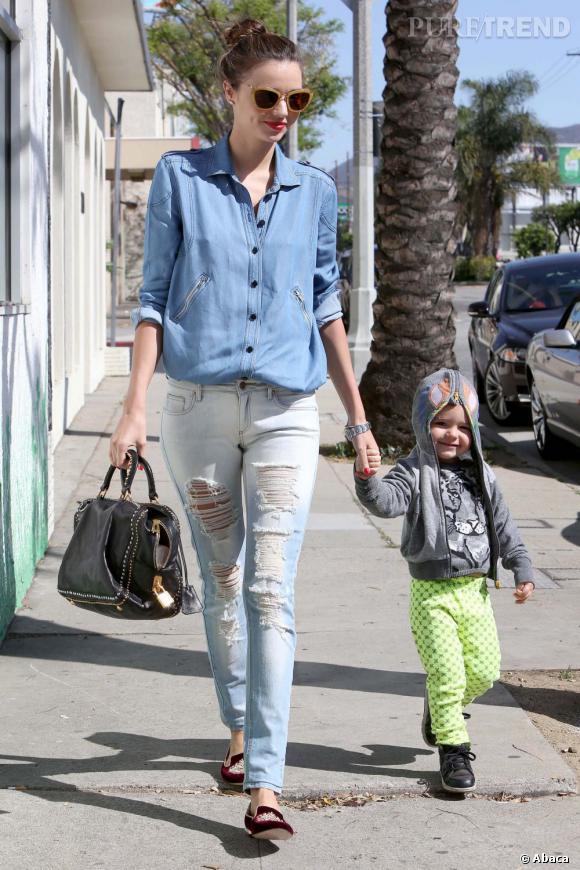 """Miranda Kerr profite d'une journée ensoleillée à Los Angeles pour emmener son fils Flynn à """"Romp"""", une salle de gym pour les enfants."""