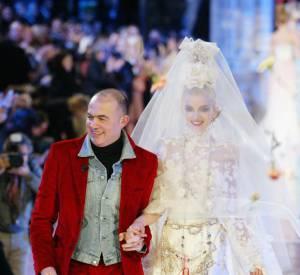 Christian Lacroix et sa mariée du défilé Printemps-Eté Haute Couture 2005.