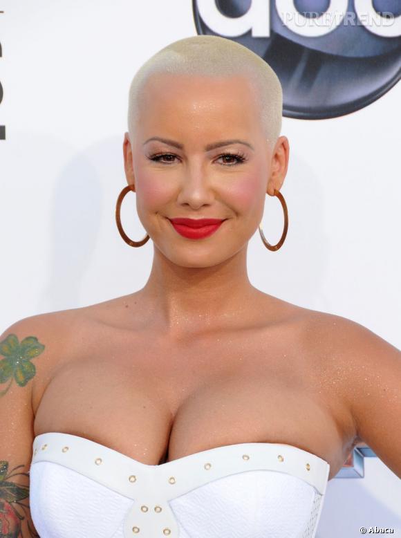 Amber Rose aime les tatouages et elle témoigne une fois de plus son amour à Wiz Khalifa en se le faisant graver dans la peau.