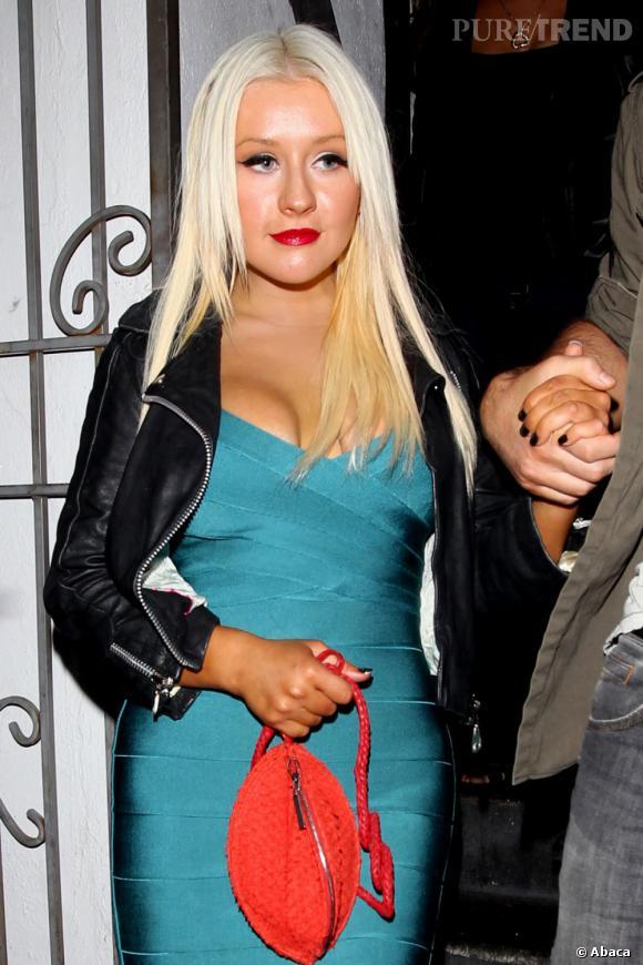 Le sein prêt à craquer :  Christina Aguilera, toujours.