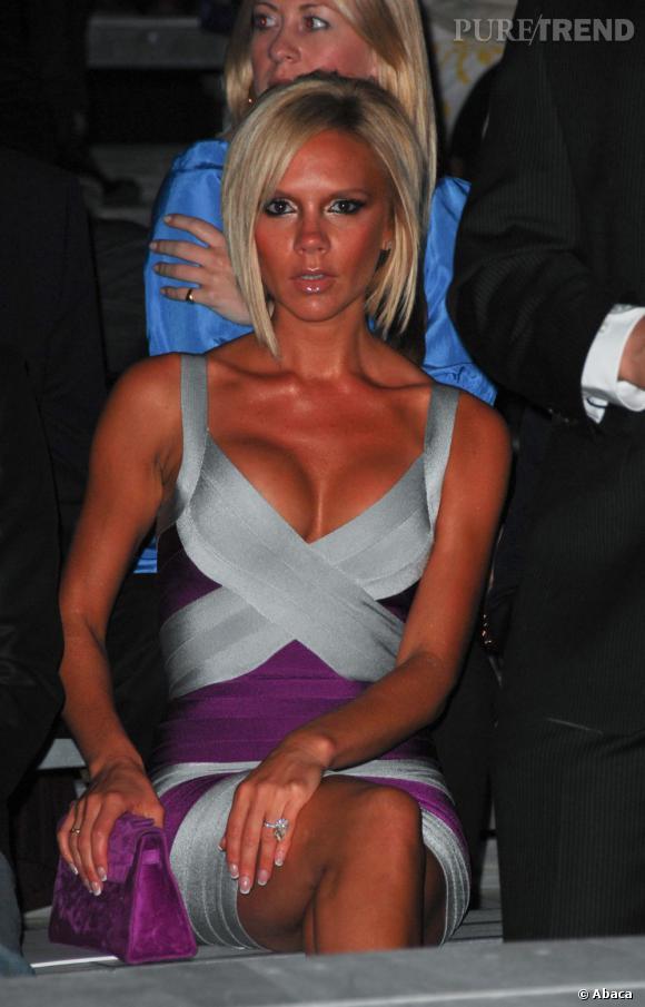 Les seins mal refaits des stars Le sein sous pression : Victoria Beckham (attention, il est prêt à sortir).