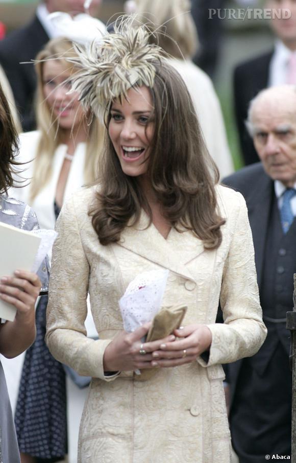 Les coiffures de Kate Middleton :  Le brushing simple surmonté d'un bibi.