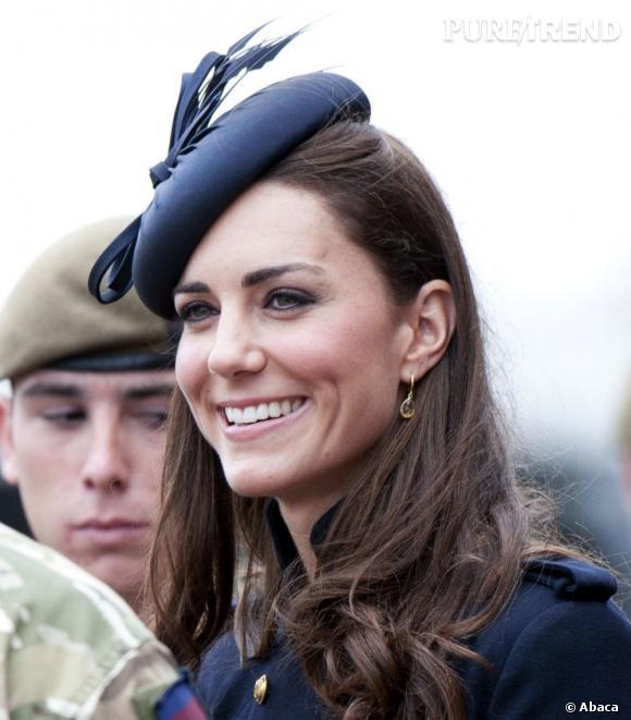 Les coiffures de Kate Middleton :  les cheveux lachés bouclés sur les pointes.