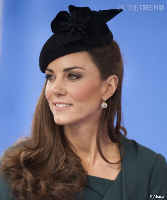 Les coiffures de Kate Middleton :  Le one shoulder hair.
