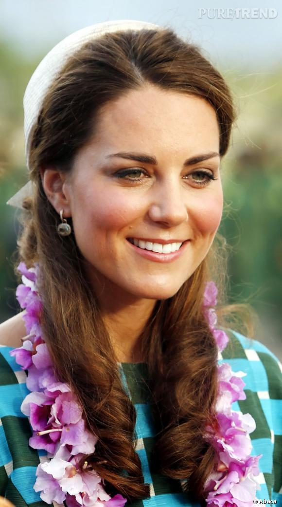 Les coiffures de Kate Middleton :  la demi-queue avec boucles et bibi.