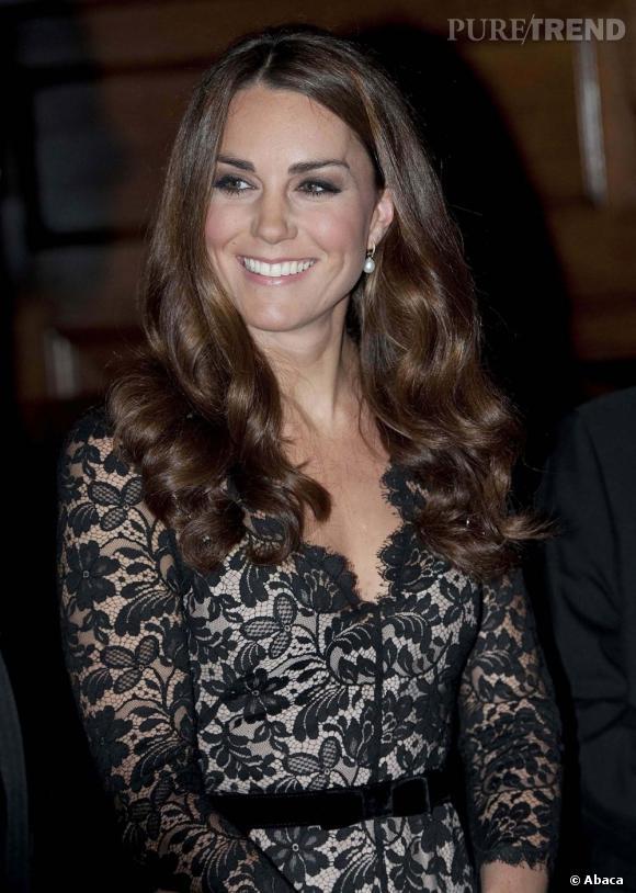 Les coiffures de Kate Middleton :  la raie sur le côté.