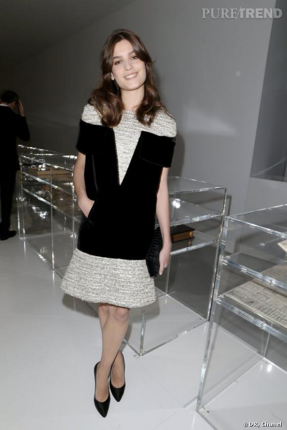 """Alma Jodorowsky lors de l'inauguration de l'exposition """"N°5 Culture Chanel""""."""
