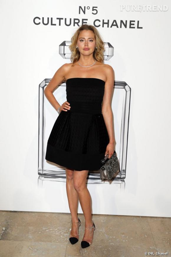 """Estella Warren lors de l'inauguration de l'exposition """"N°5 Culture Chanel""""."""