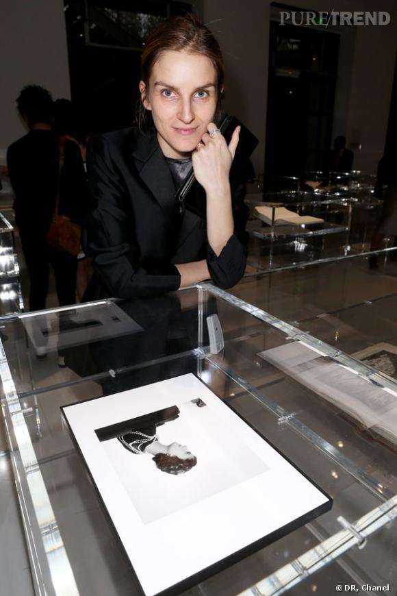 """Gaia Repossi lors de l'inauguration de l'exposition """"N°5 Culture Chanel""""."""