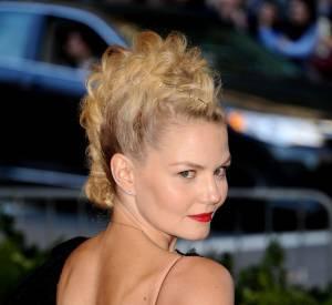 Le pire et le meilleur des coiffures du Met Ball 2013 Jennifer Morrison joue les bonnes élèvres avec un chignon-crête original.