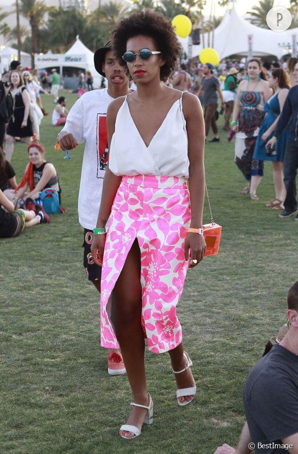 Des stars, aux podiums, à la rue : adoptez la tendance it-bag transparent comme Solange Knowles à Coachella