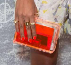 Des stars, aux podiums, a la rue : adoptez la tendance it-bag transparent