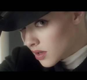 Amanda Seyfried, mysterieuse et glamour dans le film Very Irresistible de Givenchy.