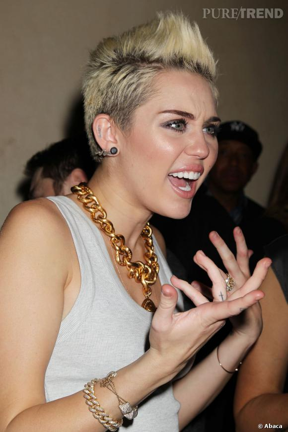 Miley Cyrus a été la cible d'insultes et de menaces de mort de la part de fans de Selena Gomez et Taylor Swift.