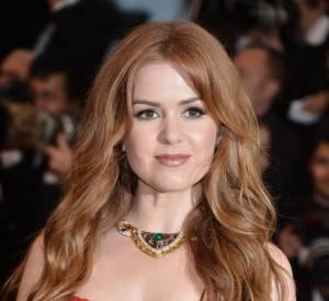"Isla Fisher porte un imposant collier Bulgari de la collection ""Heritage""."
